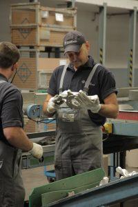 Intensive Qualitätskontrolle bevor die Ware das Werk in Richtung Konsignationslager verlässt