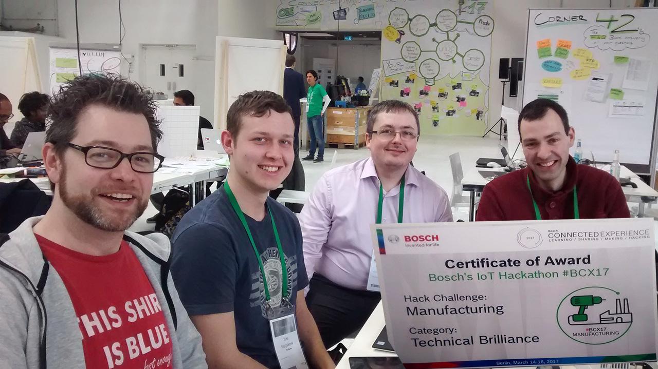 """Unser Kollege Johannes Jilg (2. von rechts) mit seinem Team """"Hydra"""" und ihrem Award"""