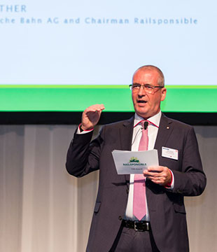 Uwe Günther, Head of Procurement Deutsche Bahn AG, presented the sustainability prize Railsponsible (Photo: IPM / Offenblen.de)