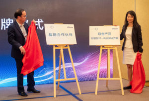 The joint Golden Tax solution is officially launched by Chen Hongbo (Aisino, left) and Zheng Zixi (SupplyOn, right)